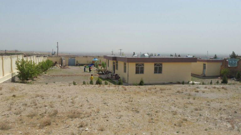 Das neue Gebäude (zentral im Bild, vorderer Bau)