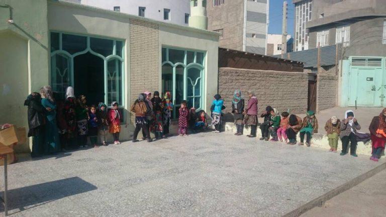 Kinder und Helfer